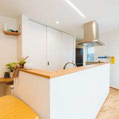 天井に埋め込まれたライトがすっきりとしたキッチン/新居浜市「由と祥雲の家」
