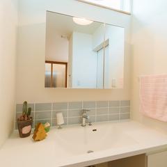 優しく光の広がるペンダントライトのある洗面所/新居浜市「由と祥雲の家」