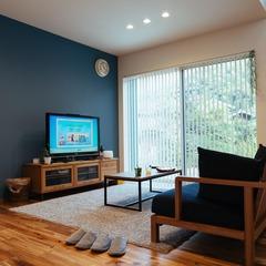 落ち着いた雰囲気のアカシア床のリビング/西条市「双葉と七色の家」