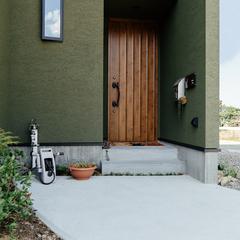 深いグリーンの外観で玄関との対比が素敵なお家/四国中央市「紅と真果の家」