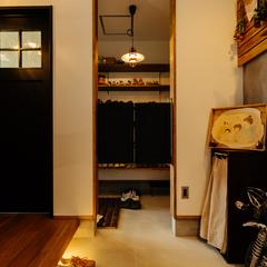 間接照明で足元を優しく照らすおしゃれな玄関/四国中央市「紅と真果の家」