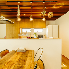 板張りの天井で遊び心満載の男前なキッチン/四国中央市「紅と真果の家」