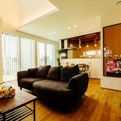 アイアンの階段と造作のテレビボードで統一感を持たせたリビング/四国中央市「紅と真果の家」