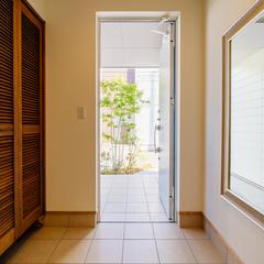 大きな鏡が印象的な広めの玄関/今治市「茉と愛らしい家」