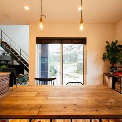 大きなL字窓から明るい光が降り注ぐ大空間LDK/四国中央市 「暖と笑咲の家 」
