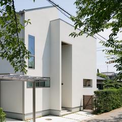 緑とのコントラストが美しい白い外観の住宅