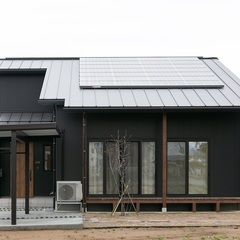 柏崎市にシンプルスタイルの木と塗り壁の平屋+αの家が完成しました。