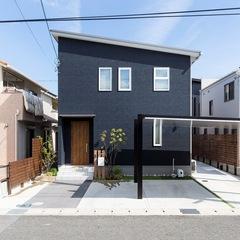 2階リビングで光と風を取り込んだスタイリッシュな黒い家