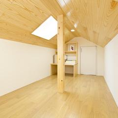 天窓付きの明るい屋根裏の書斎部屋
