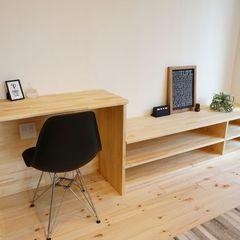 ハウスカ得意の造作工事。TVボードとPCスペースを造作にし統一感を持たせた室内。