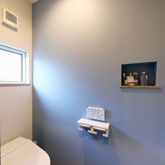 ハウスカがつくる、スモ―キーカラーが素敵なトイレ。