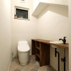 階段下のスペースを有効活用したトイレ。