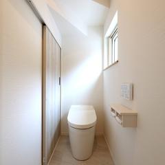 階段下のスペースを何かとかさばるトイレの収納にしたお家。