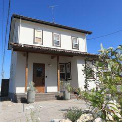 青空に映える白の塗り壁の外観。いわき市でママンの家を建てるならハウスカです。