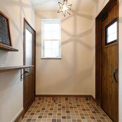 可愛いライティングに飾り棚、ハウスカはオシャレな玄関事例あります。
