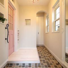 メインカラーのピンクを使用した玄関。ラブリーなインテリアもハウスカにお任せください。