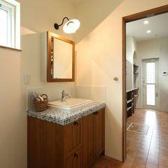 家事動線を考えた洗面所。ハウスカ取扱いの可愛い照明で家事も楽しくなりそうです。