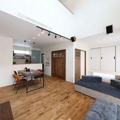 趣味を楽しむ空間に仕上げた吹抜けのリビングはハウスカで家具もトータルコーディネート。