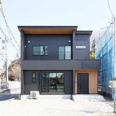 パッと目を引く黒の外観。ナチュラルが得意なハウスカですが、カッコいい家もできます。