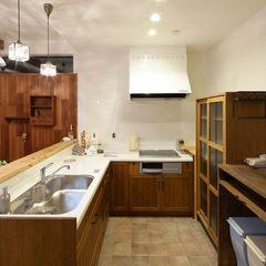 造作棚と既製品のキャビネットを組み合わせたキッチン収納はハウスカでコーディネートしました。