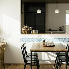 モザイクタイルが印象的な造作キッチンカウンター