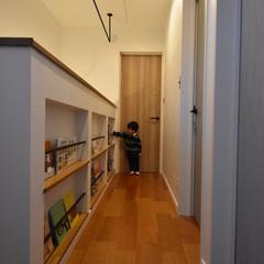 お気に入りの絵本がずらり。廊下が図書館になるお家