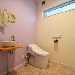 ピンクのクロスがかわいい広いトイレ