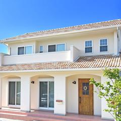 八尾市で建てる白い塗り壁とオレンジ色の屋根がかわいい南欧風の注文住宅