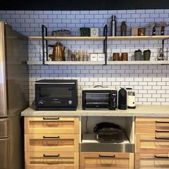 木とタイルとアイアンで楽しくおしゃれに料理ができるキッチン
