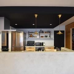 コンクリート風の塗装で仕上げるかっこいいキッチンのあるお家