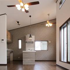 勾配天井と明かり取りの窓が広がりを感じさせるリビング