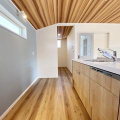 キッチンの収納を減らし横に大型のパントリーを設置