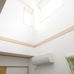 吹き抜け天井の明るいリビング