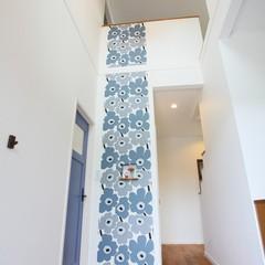 奥様が大好きなフィンランドの壁紙を貼った玄関ホールとトイレ