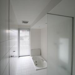洗練されたデザインの浴室がある注文住宅