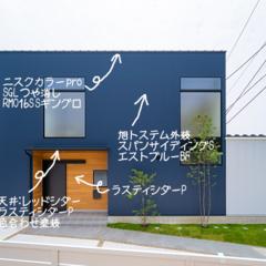 鮮やかな青色が魅せるデザイン住宅