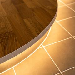 間接照明が優しく照らす優雅な曲線の玄関土間