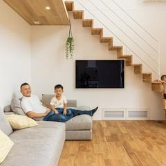 壁掛けテレビで家族団らんのスペースを広々確保した注文住宅