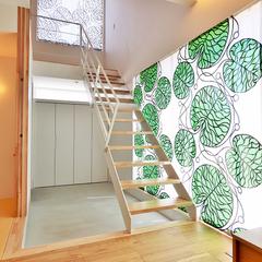 アイアン階段が映えるマリメッコのシェードカーテン