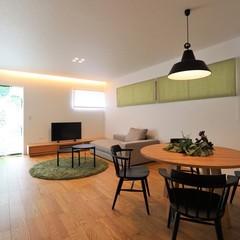 統一感のある家具とグリーンをアクセントカラーにしたすっきりとしたLDK