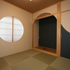 丸窓を取り入れた和モダンな和室