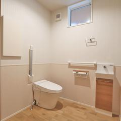 タンクレスでゆとりのあるナチュラルテイストなトイレ