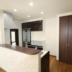 使いやすい収納とカウンターがあるナチュラルなキッチン