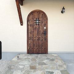 レトロで落ち着きのあるシャビーテイストな玄関ドア