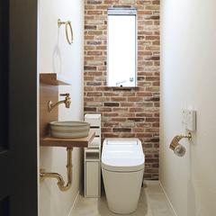 レンガ調のアクセントクロスが可愛いカントリーテイストのトイレ