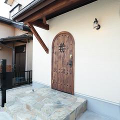 天然石のアプローチ階段とレトロ可愛い玄関ドア