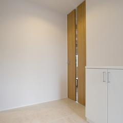 すっきりとした印象を与えるシンプルな玄関
