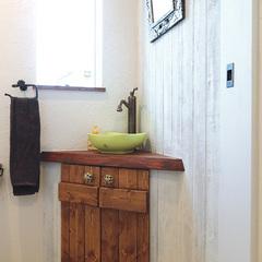 遊び心のあるカントリー調のトイレ手洗いカウンター