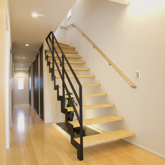 すっきりとしたシンプルなアイアン階段
