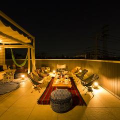 優雅で魅力的なキャンプができる屋上のある家